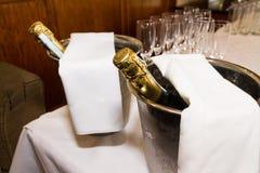 Bouteilles et verres de Champagne et préparé au pain grillé épousant le mA Photographie stock libre de droits