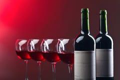 Bouteilles et verres de vin rouge Image stock