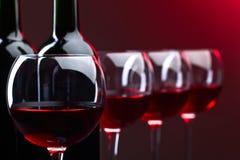 Bouteilles et verres de vin rouge Photo libre de droits