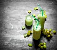 Bouteilles fraîches de smoothie de raisin Photo stock