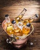 Bouteilles froides de bière dans le seau d'airain photos stock