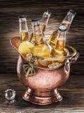 Bouteilles froides de bière dans le seau d'airain photo stock