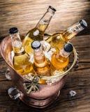 Bouteilles froides de bière dans le seau d'airain images stock