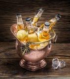 Bouteilles froides de bière dans le seau d'airain images libres de droits
