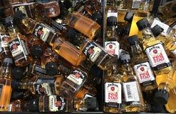 Bouteilles miniatures de bourbon Image libre de droits