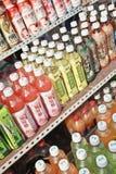 Bouteilles montrées avec la boisson non alcoolisée chinoise, Dalian, Chine Photos libres de droits