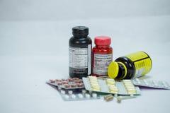 Bouteilles multiples de prescription avec des comprimés sur le fond blanc photos libres de droits