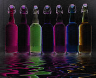 Bouteilles remplies par couleur images stock