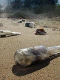 Bouteilles sur la plage Photo stock