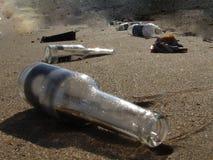 Bouteilles sur la plage Photographie stock libre de droits