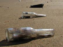Bouteilles sur le le sable Photographie stock