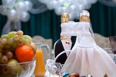 Bouteilles sur une table de mariage Photo libre de droits