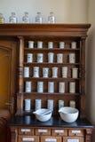 Bouteilles vides dans la vieille pharmacie de vintage Images stock