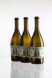 Bouteilles vides de vin du label du billet d'un dollar Image libre de droits