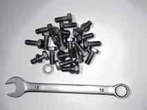 Bouten en moersleutel voor reparaties en Hobbys stock afbeeldingen