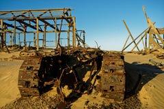 Bouteur abandonné et bâtiments abandonnés images libres de droits
