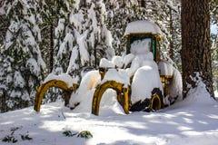 Bouteur couvert dans la neige humide d'hiver Images stock