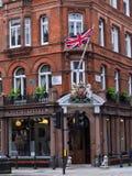 Boutique élégante avec Union Jack et le manteau des bras, Londres Photos libres de droits