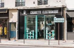Boutique électronique de cigarette, Paris, France photographie stock libre de droits