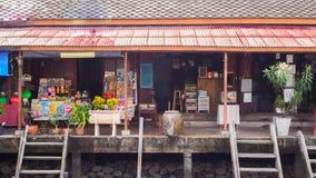 Boutique antique de maison le long du canal chez Ampawa image libre de droits