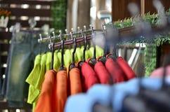 Boutique avec des achats de vêtements différents Images stock