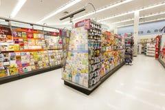 Boutique avec des cartes de voeux, cartes postales d'étagères Photo libre de droits