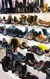 Boutique avec les chaussures de sport des femmes Images libres de droits