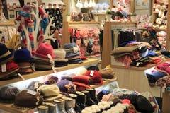 Boutique d'habillement de sous-vêtements de chapeaux et d'écharpes photographie stock