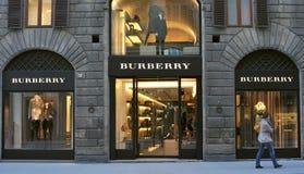 Boutique da forma da roupa do impermeável em Italy imagem de stock