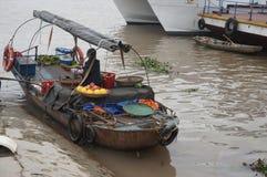 Boutique de bateau de fruits sur la rivière, Hai Phong, Vietnam Images stock