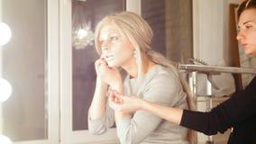 Boutique de beauté : boucles d'oreille attrayantes d'usage de modèle de jeune femme clips vidéos