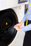 Boutique de blanchisserie utilisant la machine pour nettoyer à sec image stock