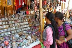 Boutique de bracelets dans la foire religieuse tribale Photographie stock