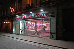 Boutique de Buchers par nuit, France Image stock