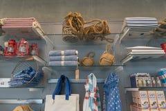 Boutique de cadeaux de souvenir avec des attributs de mer Photos stock