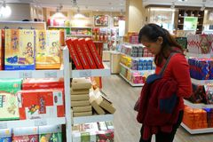 Boutique de client pour des souvenirs dans l'aéroport de Shanghai Pudong Photos stock