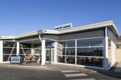 Boutique de coffe de Caffe Nero avec des clients s'asseyant dehors un jour ensoleillé photographie stock