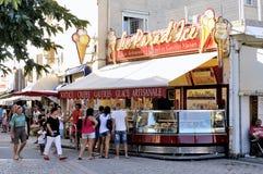 Boutique de crème glacée dans la rue piétonnière de la Saintes-Maries-De-La image stock
