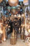 Boutique de cuivre d'artisans dans Fes Photographie stock