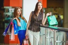 Boutique de deux jeunes femmes dans un grand supermarché Photo libre de droits