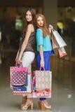 Boutique de deux jeunes femmes dans un grand supermarché Image stock