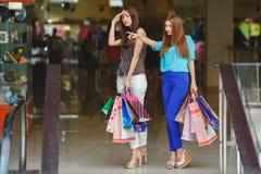 Boutique de deux jeunes femmes dans un grand supermarché Images libres de droits