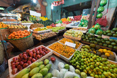 Boutique de fruit de nuit dans Saigon, Vietnam Photographie stock libre de droits