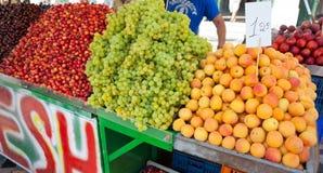 Boutique de fruit mélangé au marché à Athènes Images stock