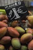 Boutique de fruits, mangues Photo stock