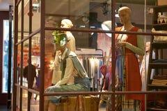 Boutique de la moda en escaparate fotografía de archivo