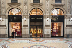 Boutique de Louis Vuitton, Milão Fotografia de Stock Royalty Free