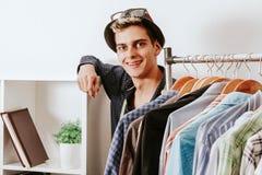 Boutique de mode avec le téléphone portable Photo stock