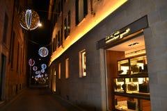 Boutique de mode de Ferragamo pour les hommes décorés pour les vacances de Noël photographie stock