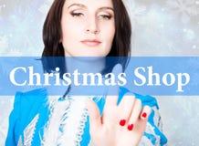 Boutique de Noël écrite sur l'écran virtuel concept de technologie de célébration dans l'Internet et la mise en réseau Femme deda Photo stock